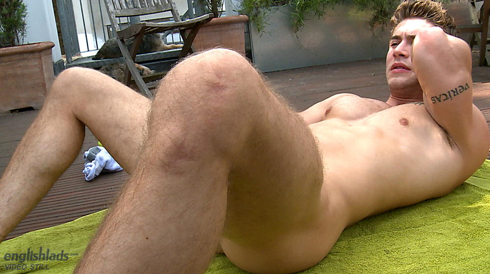 Muscular Hunk Shoots His Load After Tugging