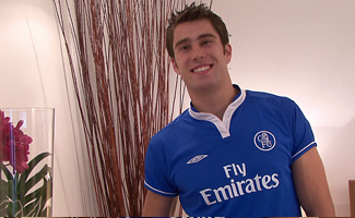 Englishlads.com: Hairy Str8 hunk plays in kit