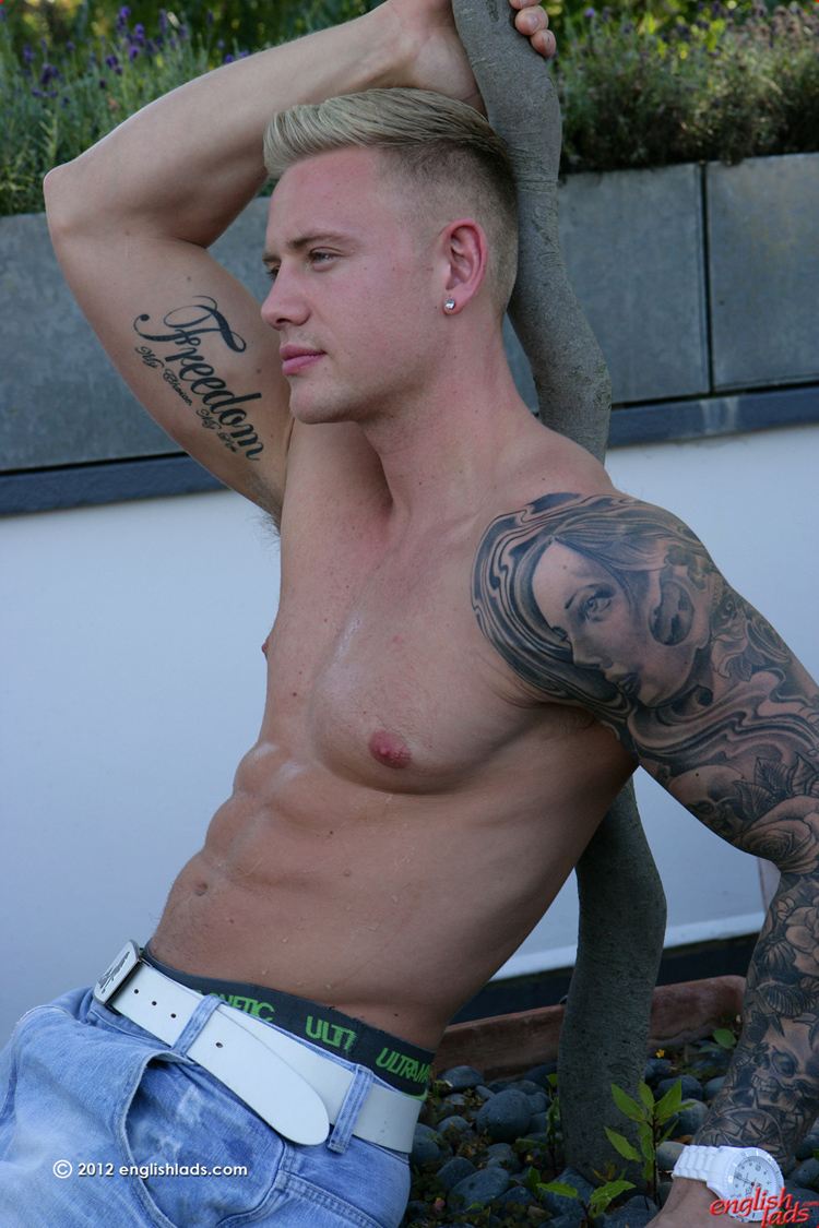 Handsome guy in tats solo wanking