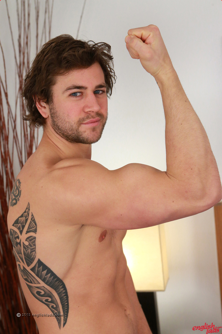 Muscley amateur straighty gets off