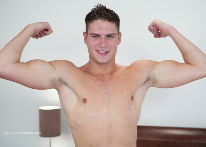 Muscley hunk pornstar blows his load