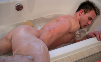 Str8 hunk Bailey's bath