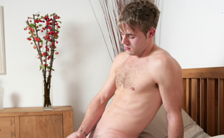 Str8 hunk loves showing it